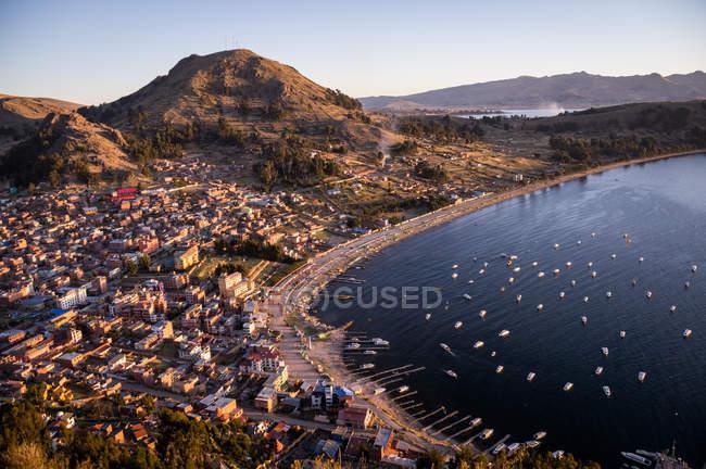 Vista aérea no litoral de baía com barcos e edifícios — Fotografia de Stock