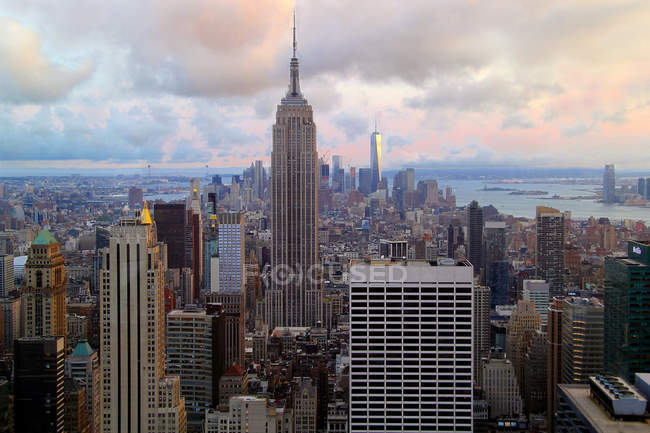 Empire State Building and New York cityscape — Stock Photo