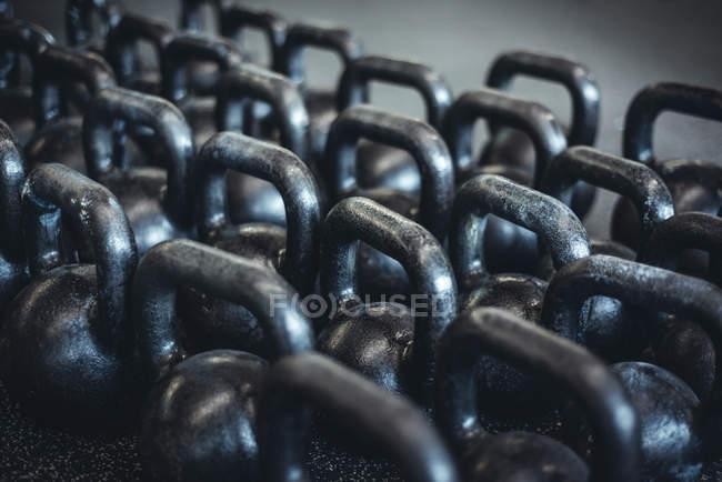 Schwarze schwere Kettlebells, Hanteln — Stockfoto