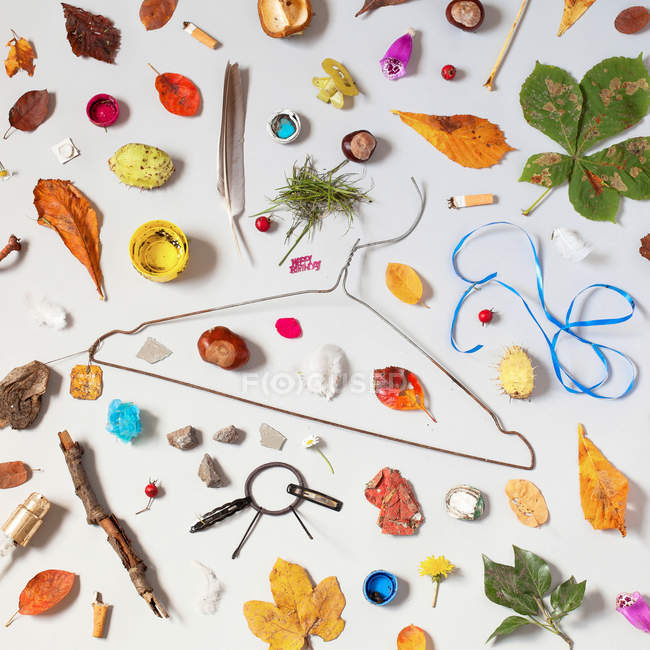 Still life of leaves and trash objects on table — Stock Photo