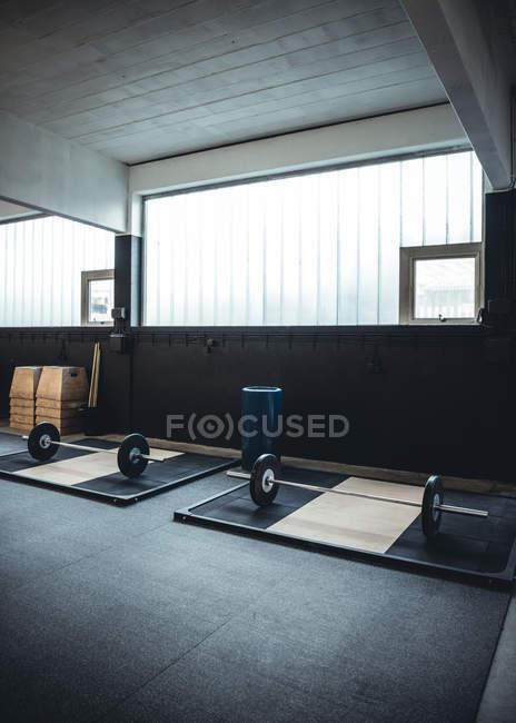 Innenaufnahme eines Gewichtheben Fitnessstudios mit Kettlebell auf Matten — Stockfoto
