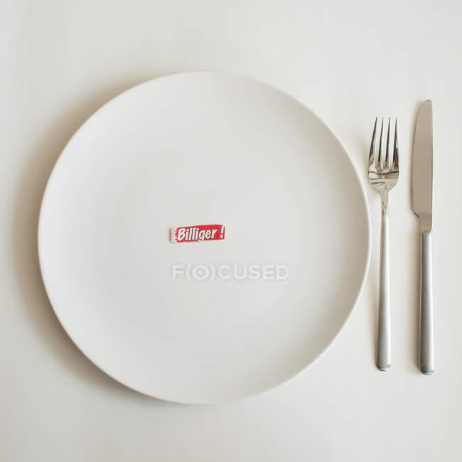 Пластина з billiger слово і столові прилади — стокове фото