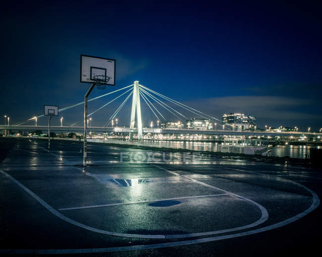 Міський пейзаж з моста через річку — стокове фото