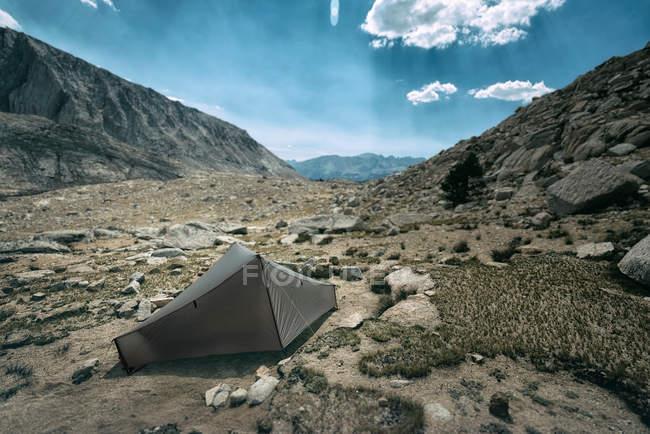 Paesaggio delle montagne con la tenda di viaggio sulla terra — Foto stock
