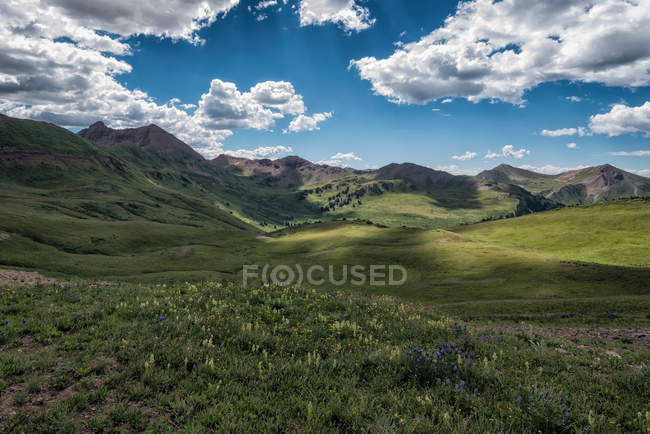 Зеленые горы красивый пейзаж — стоковое фото