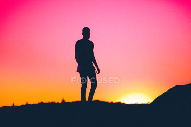 Sonnenuntergang und Silhouette des Mannes — Stockfoto