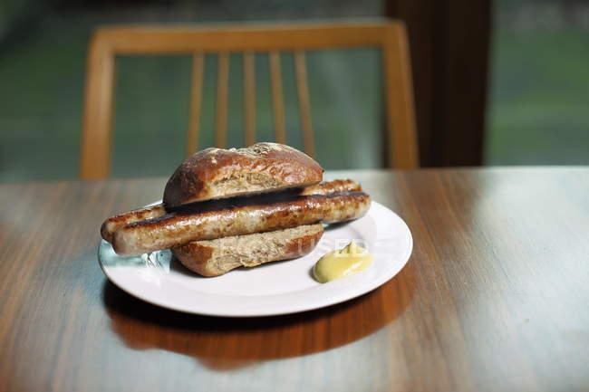 Sanduíche com salsicha e molho — Fotografia de Stock