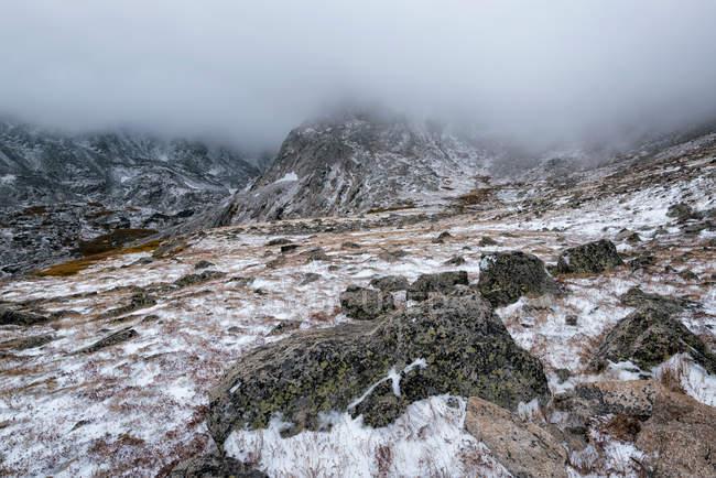 Ландшафт снежные горы в тумане — стоковое фото