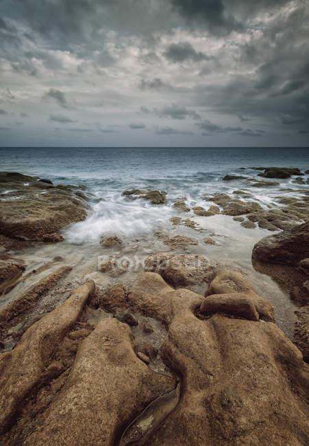 Мальовничим видом на море хвилі і піщаний пляж — стокове фото