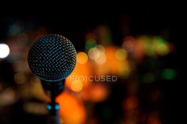 Nahaufnahme von Rundfunk-Mikrofon vor verschwommenen Hintergrund — Stockfoto