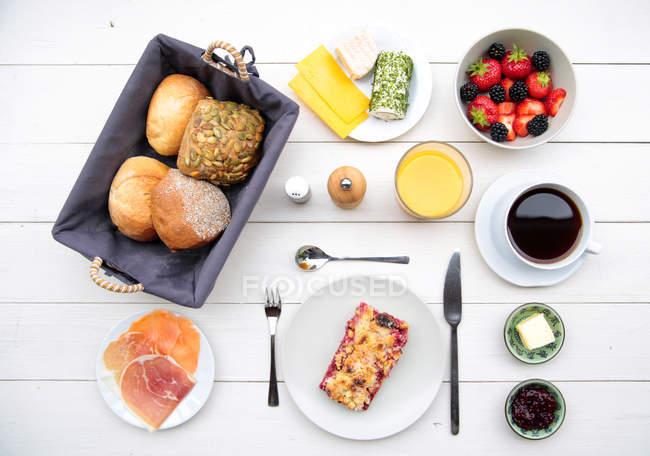 Различные блюда с хлебом и напитки — стоковое фото
