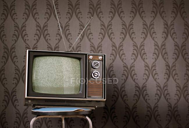 Home Interior Design, Vintage-Retro-Stil und alte im Alter von Tv auf Stuhl — Stockfoto