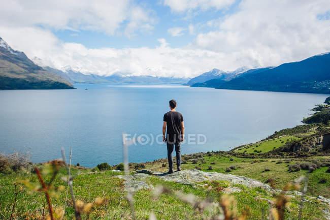 Mann steht auf dem Meer, die Bucht — Stockfoto