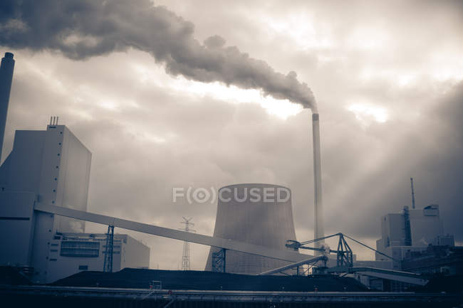 Concept de la pollution environnementale, fumer des installations industrielles — Photo de stock
