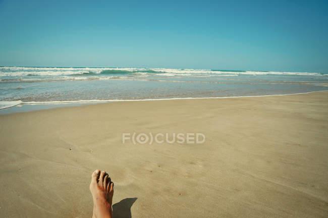 Verkürzte Ansicht der Person Fuß am Strand — Stockfoto