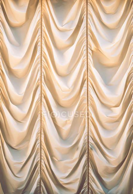 Ondulado blanco cortina plegada fondo - foto de stock
