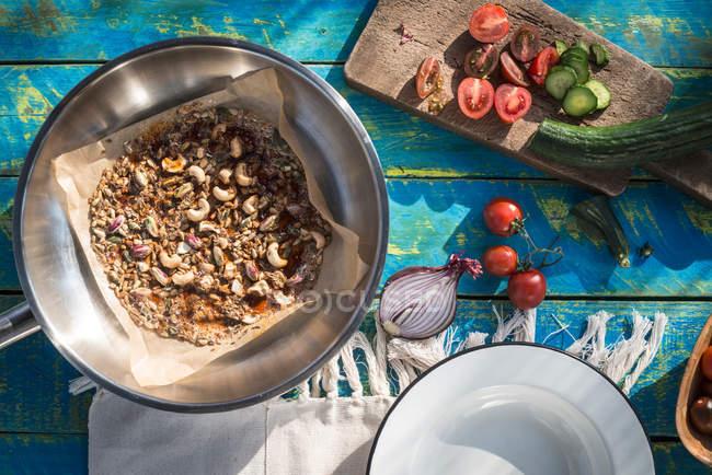 Salat mit Tomaten und karamellisierten Nüssen — Stockfoto