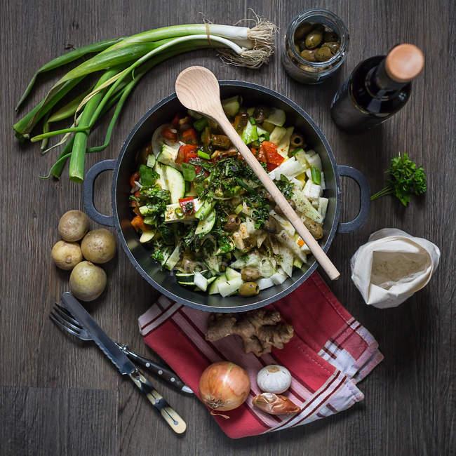 Салат в сковороду с овощами и зеленью — стоковое фото