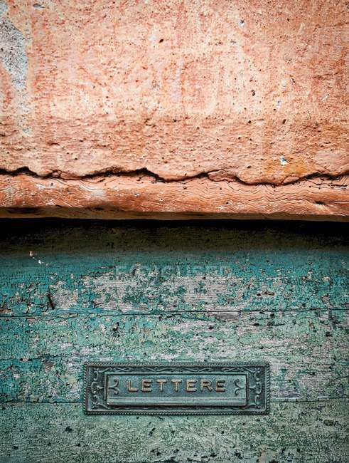 Detailansicht der Briefe unterzeichnen in schäbigen Holzoberfläche — Stockfoto