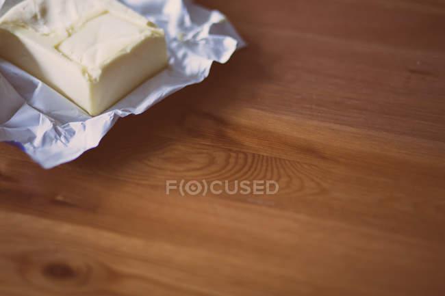 Кусок сливочного масла в чехле — стоковое фото