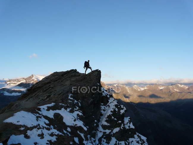 Uomo del viaggiatore Escursioni a piedi e in piedi in cima alla montagna — Foto stock