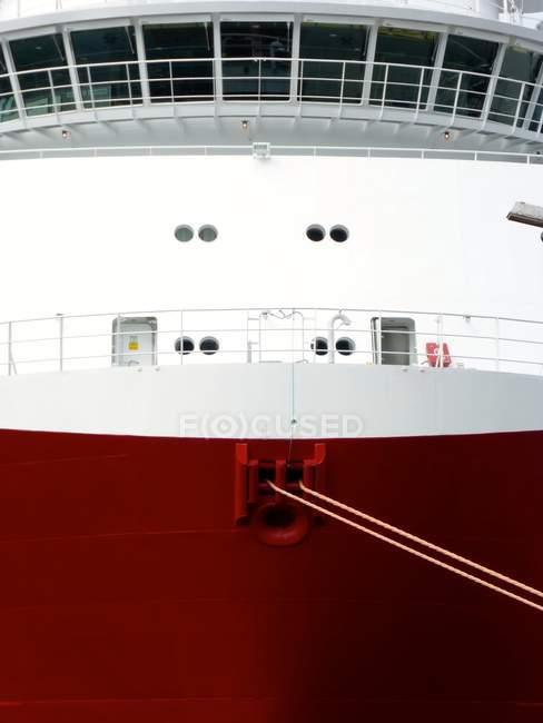 Proa de navio transporte pintado de vermelho e branco — Fotografia de Stock