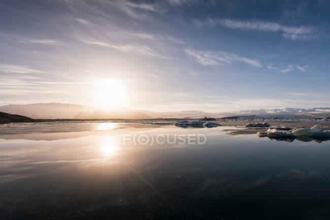 Paysage marin avec de la glace en bord de mer — Photo de stock