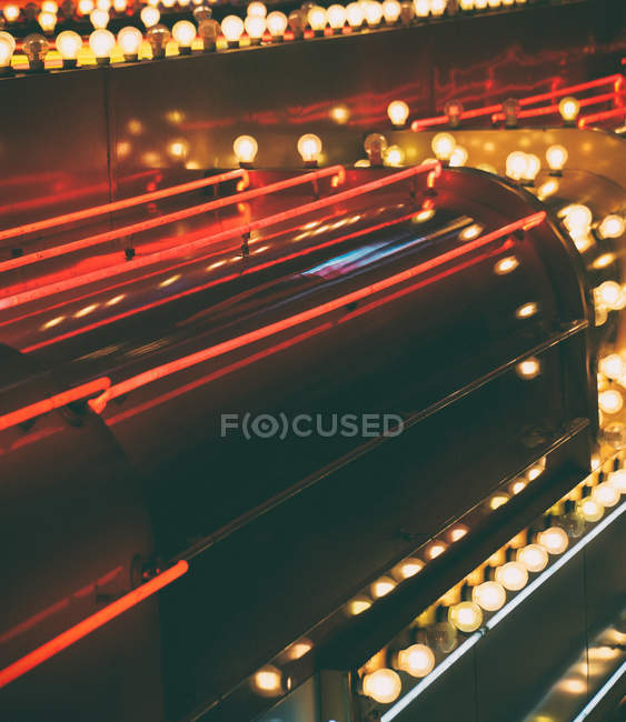 Освещенная лампочки на здания в ночное время — стоковое фото
