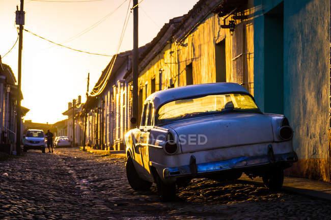 Strada con oldtimer al tramonto — Foto stock