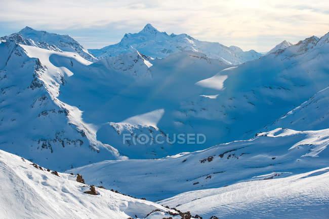 Alpine Berge mit schneebedeckten Gipfeln — Stockfoto