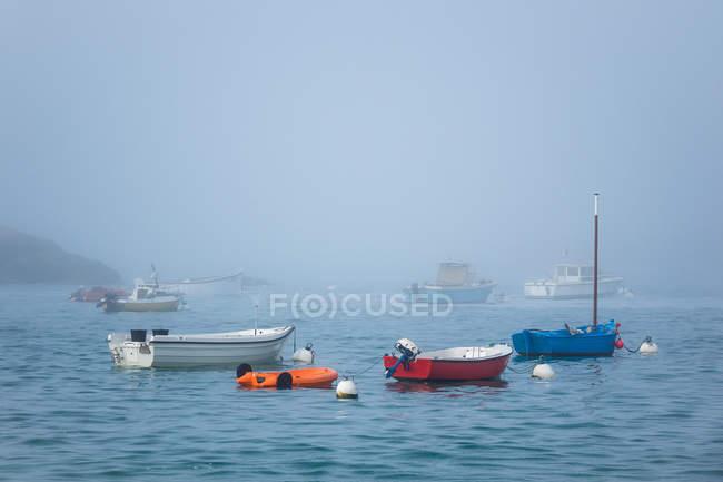 Морський пейзаж з човнів і прибережних подання — стокове фото