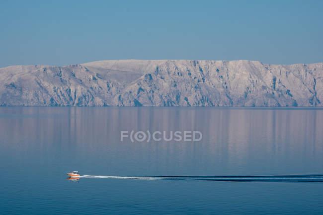 Човен Вітрильна автор thr скелястому узбережжі — стокове фото