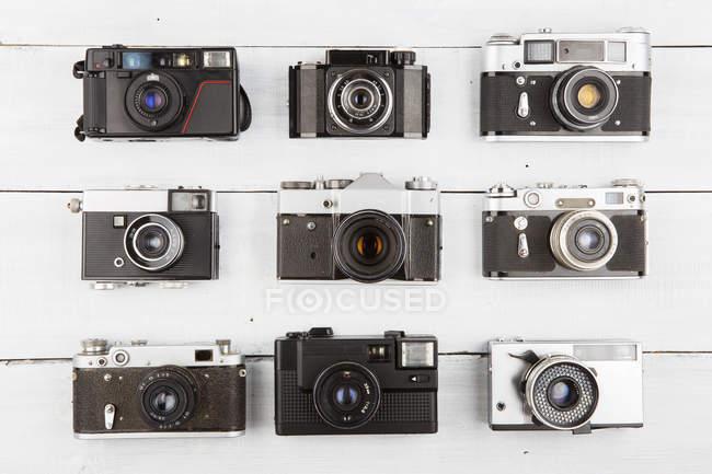 Набір vintage плівкових камер дерев'яними тлі — стокове фото