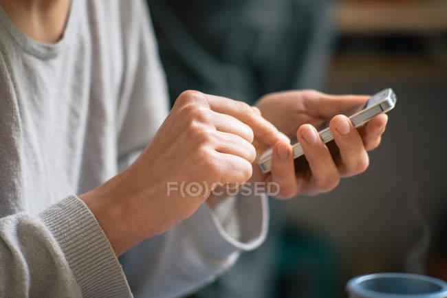 Cortada a imagem das mãos de mulher navegação celular — Fotografia de Stock