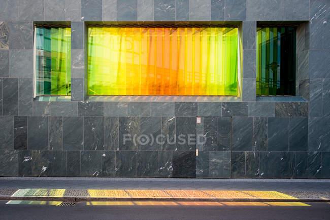 Parete esterna di costruzione moderna, finestra con luminosi colori riflesso — Foto stock