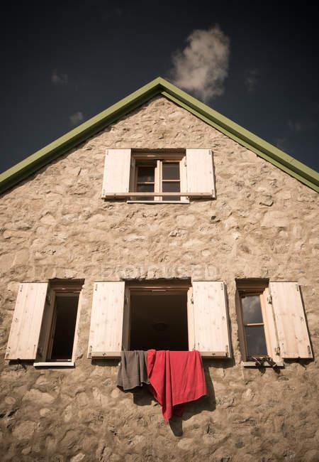 Exterior del edificio, casa con ventanas y paño de secado - foto de stock