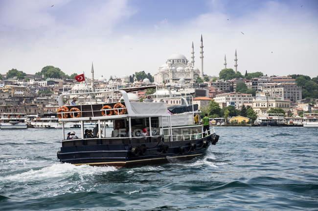 Ferry de voile de la côte de Istanbul, Turquie — Photo de stock