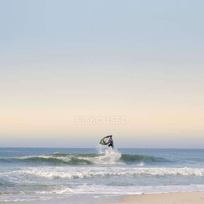 Windurfer equitazione sull'onda — Foto stock