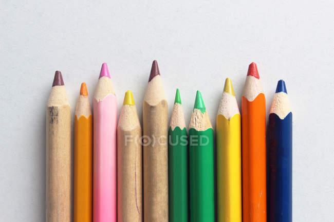 Stillleben mit bunten Stiften auf Tisch — Stockfoto
