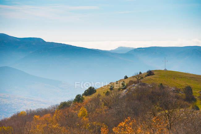 Montanhas azuis ao entardecer com floresta — Fotografia de Stock
