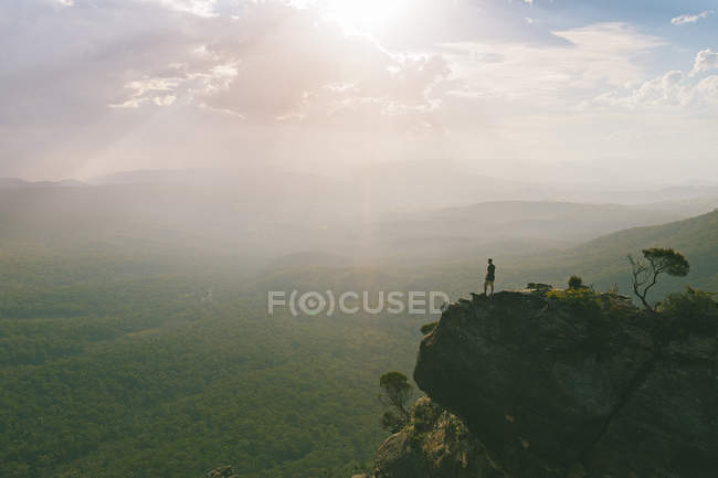 Man standing on edge of cliff — Stock Photo