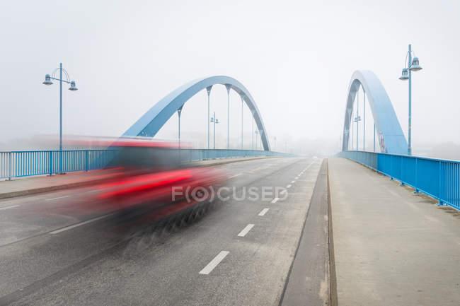 Brücke und Auto fahren auf der Straße, Bewegungsunschärfe — Stockfoto