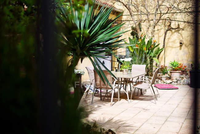 Затишне кафе гарне літо у дворі — стокове фото