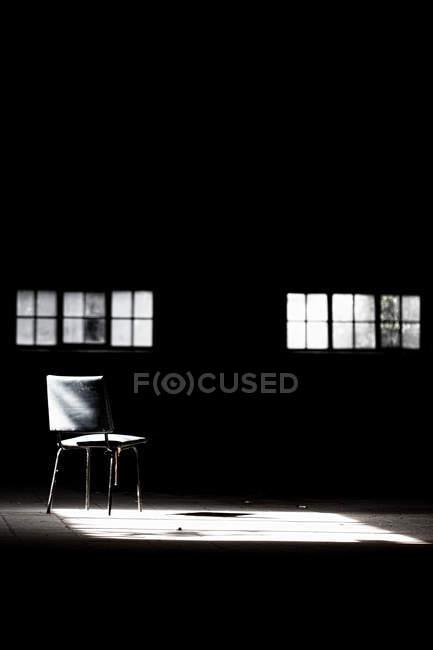 Quarto vazio, com a luz do sol na cadeira — Fotografia de Stock