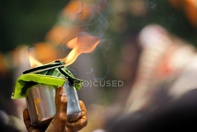 Nahaufnahme des Kinderhände halten Holly Feuer während der Trauung, Indien — Stockfoto