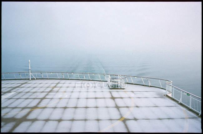Pont vide du ferry-boat dans le brouillard — Photo de stock