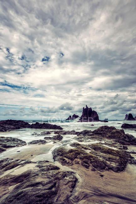 Скелясте узбережжя подання — стокове фото