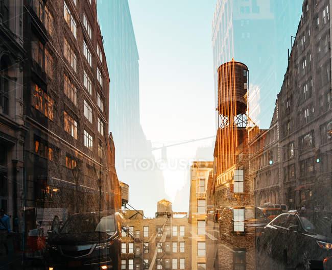 Double exposition paysage urbain de la rue de New York dans la lumière du coucher du soleil, é.-u. — Photo de stock