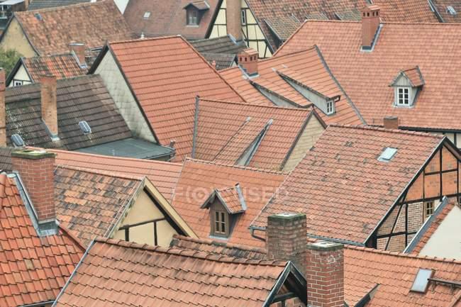 Chaminés em azulejos telhados de casas típicas na cidade velha — Fotografia de Stock