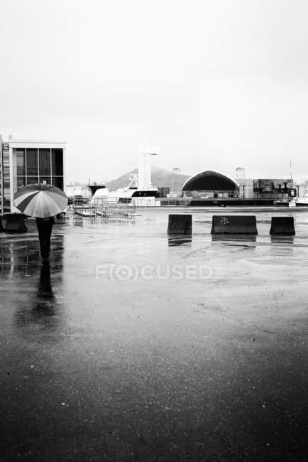 Persona che tiene ombrello sotto la pioggia a Oslo — Foto stock
